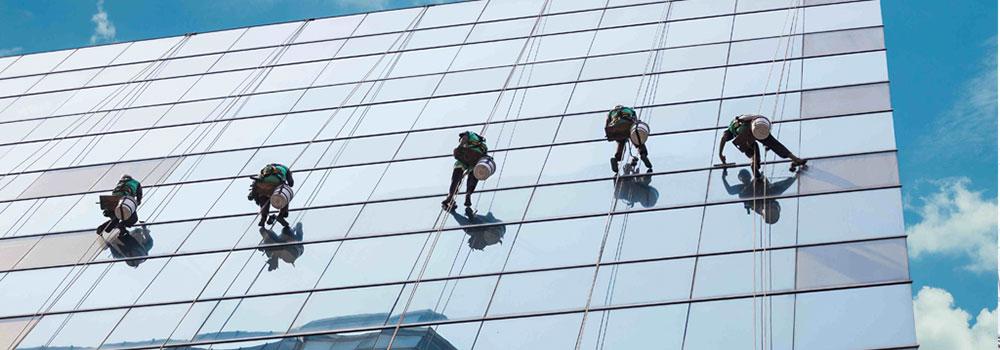 Top 5 công ty chuyên cung cấp dịch vụ đu dây lau kính, vệ sinh Alu cho tòa nhà
